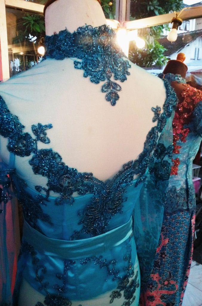 kebaya biru krah shanghai dan rebah tampak belakang