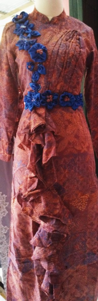 dress batik syabo dengan korsase biru