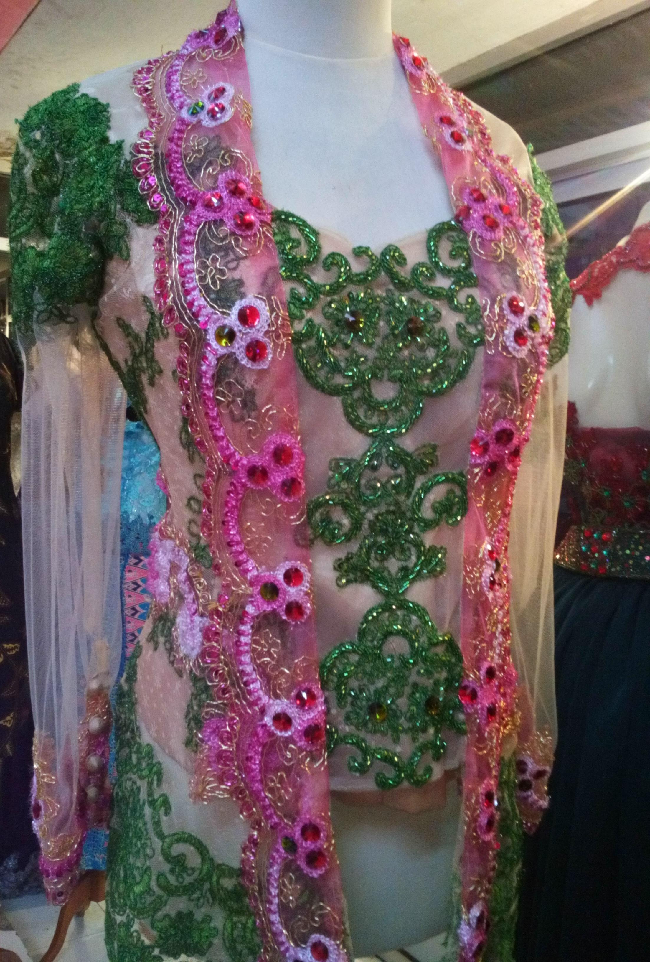 ungu putih pink hijau dan motif motif yang dinamis seperti