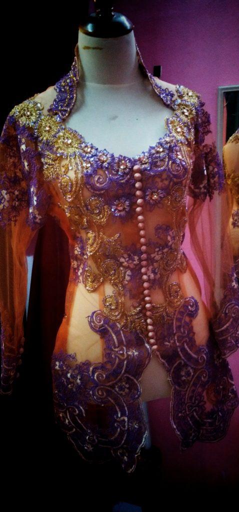 kebaya kerah sunda kombinasi ungu dan emas tampak depan 1