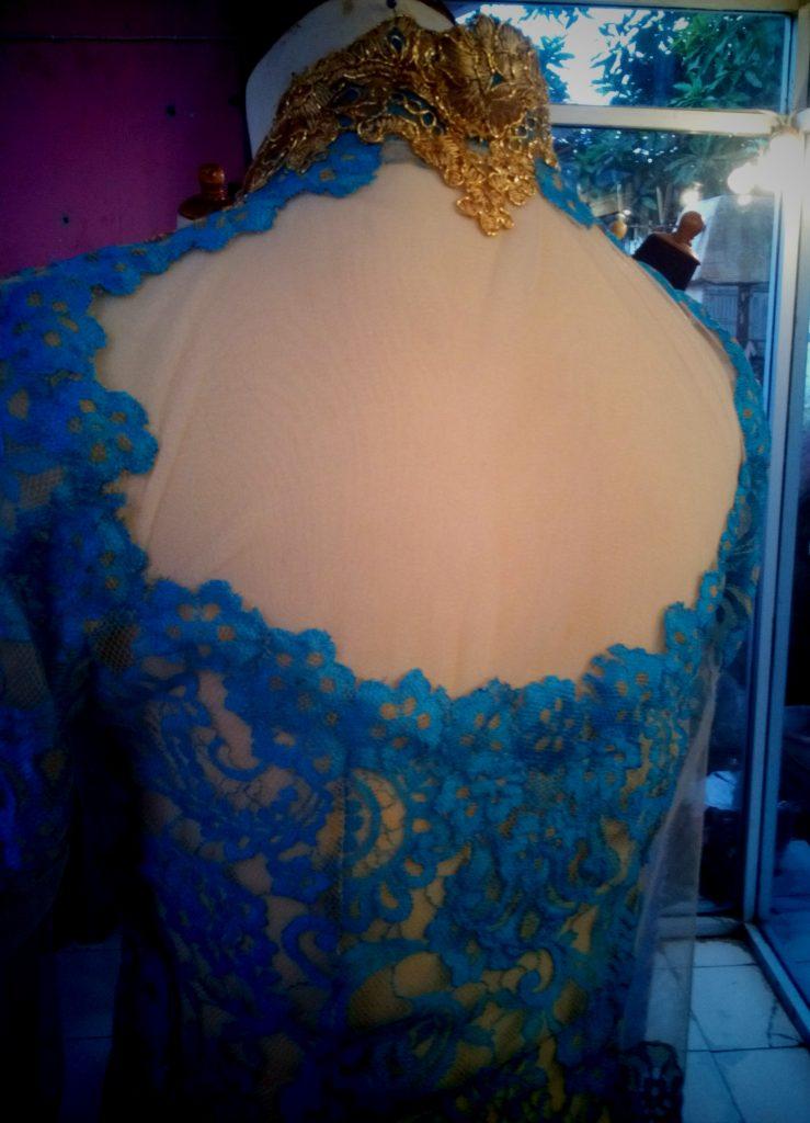 Kebaya warna biru emas tampak punggung