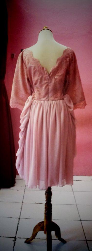 gaun pink atasan brocade dengan bawahan rok drapery tampak belakang