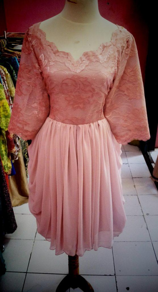 gaun pink atasan brocade dengan nawahan rok drapery tampak depan2