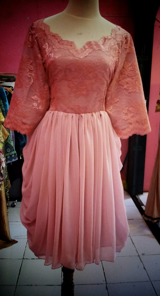 gaun pink atasan brocade dengan bawahan rok drapery tapak depan 1