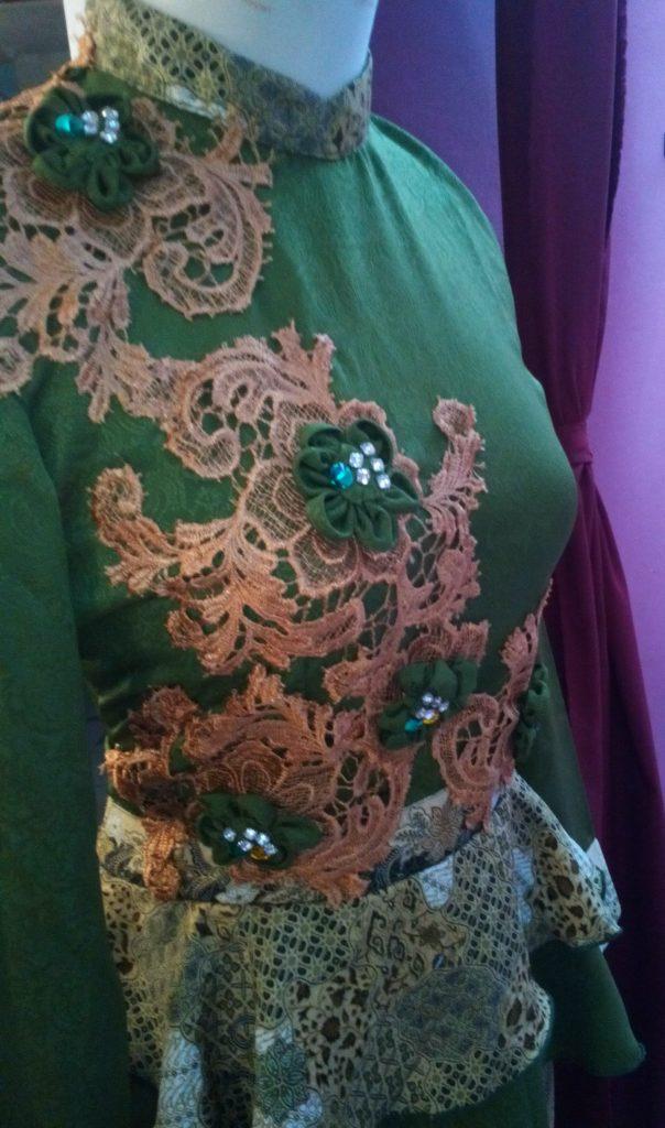 Dress Sepan Panjang Peplum Aplikasi Bunga Bagian Dada