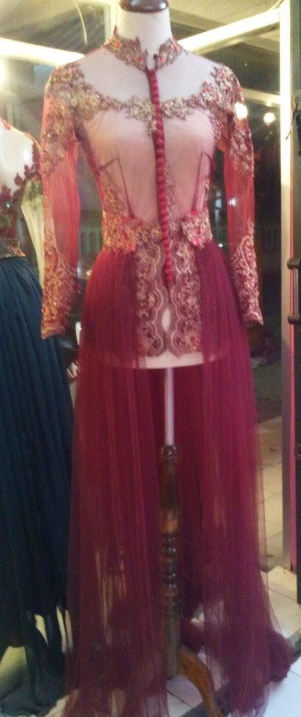 Kebaya Pengantin Ekor Panjang Merah Maroon Tampak Depan
