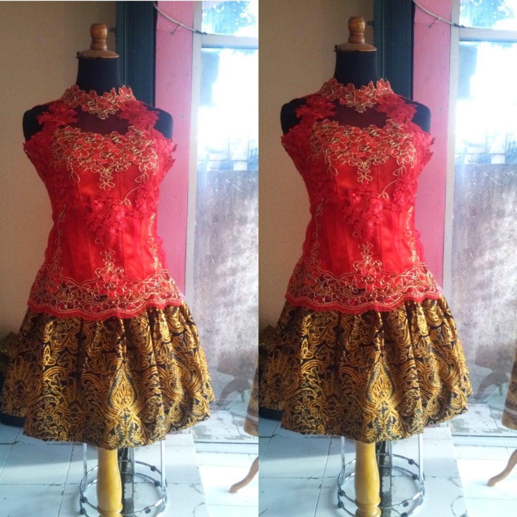 Kebaya Cute Warna Merah Dengan Rok Mini