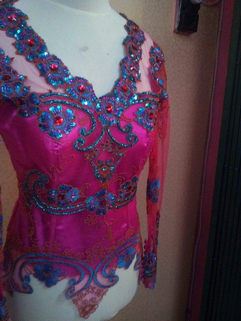 Kebaya Kombinasi Shocking Pink Dan Hijau Tosca Payet Tampak Samping