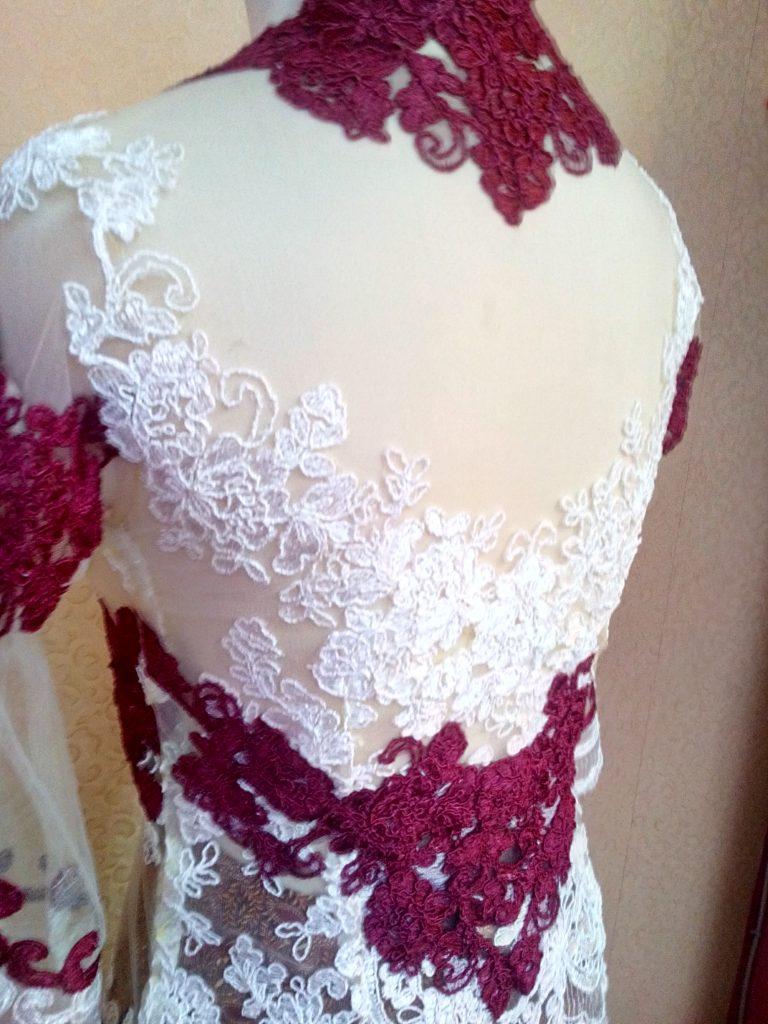 Kebaya Simpel Cantik Kombinasi Warna Merah Putih Tampak Belakang