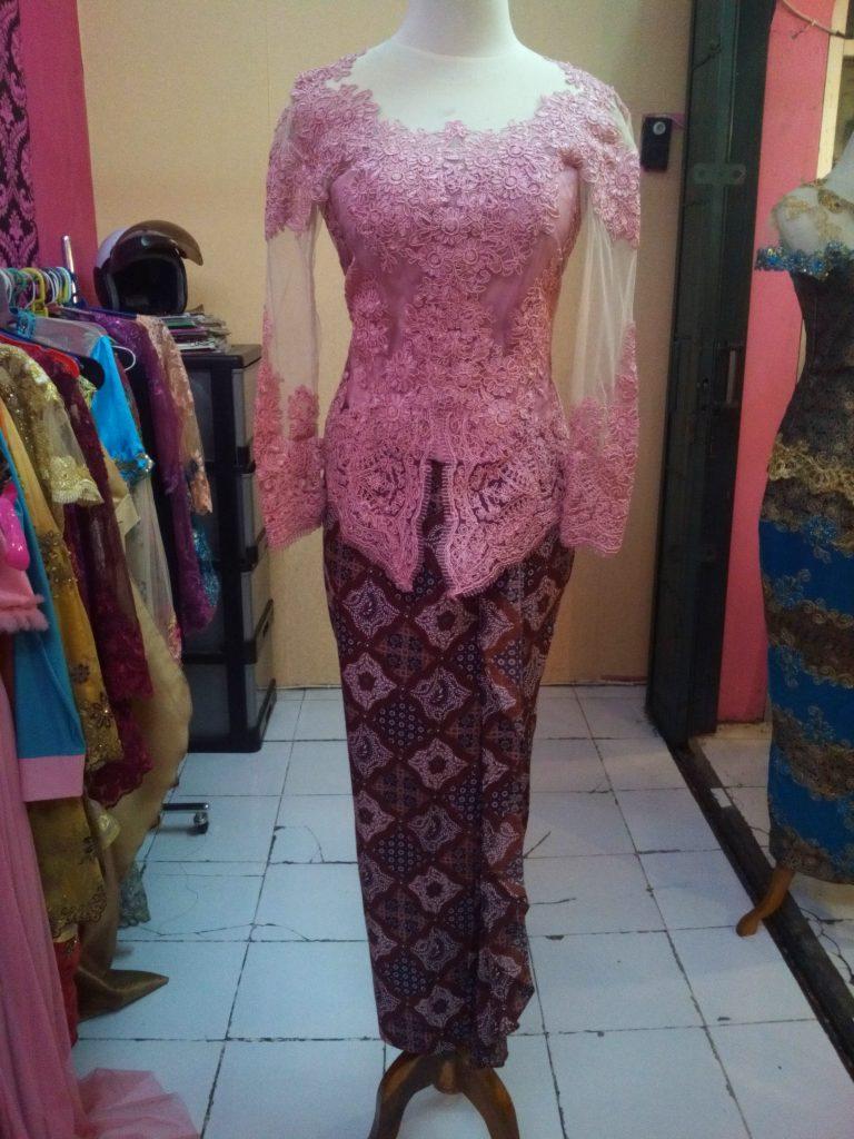 Kebaya Wisuda Kerah Sabrina Warna Pink Full