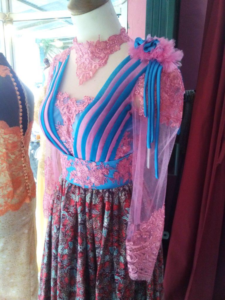 Dress Tille Batik Pink Biru Aplikasi Offneisel Tampak Samping
